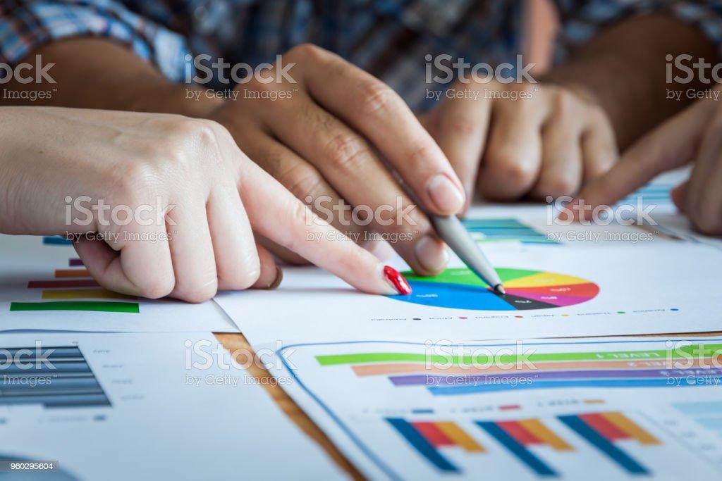 Business-Team Arbeitsprozesse genau treffen. Geschäftsleute diskutieren, die Diagramme und Grafiken zeigen die Ergebnisse der ihre erfolgreiche Zusammenarbeit. – Foto