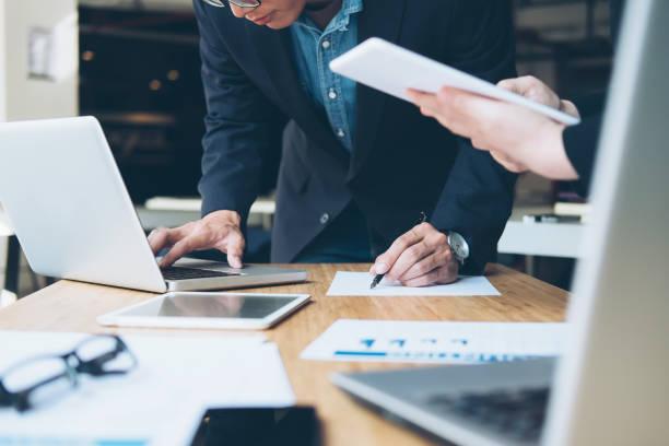 Business-Team Arbeitsprozesse genau treffen. – Foto
