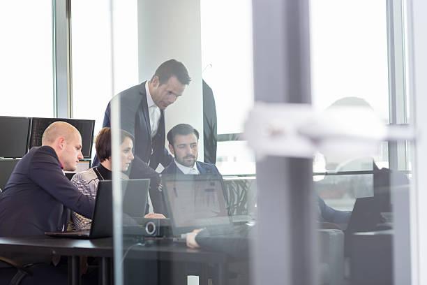 Negocio corporativo trabajo en equipo en la oficina. - foto de stock