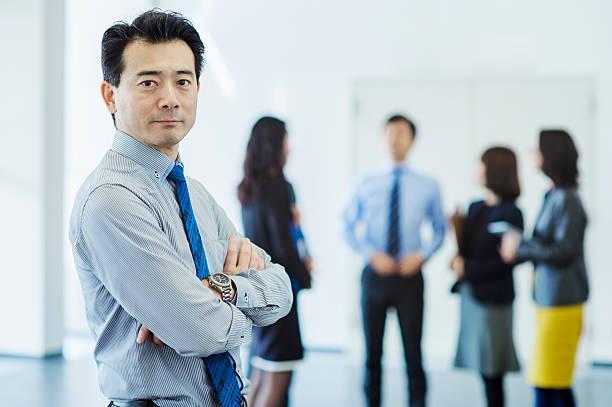 ビジネスチームオフィスで働く - ビジネスマン ストックフォトと画像