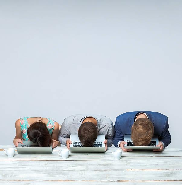 business-team arbeiten zusammen im büro und schlafen auf grau - traum team stock-fotos und bilder