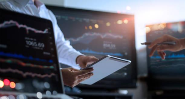 business-team zusammen arbeiten. geschäftsmann mit tablet für die analyse von daten-börse im überwachungsraum mit hinweis auf die daten in das diagramm auf dem bildschirm, forex trading graph, börse online, trading geldanlage konzept team. - börsenhandel finanzberuf stock-fotos und bilder