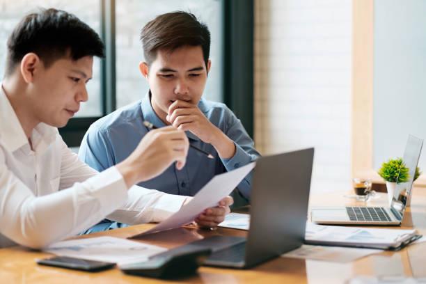 Geschäft Teamarbeit Brainstorming diskutieren die Investition. – Foto