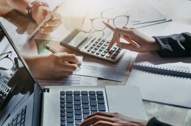 Geschäft Teamarbeit mit dem neuen Projekt zu arbeiten. Konzept-Finanzen, Rechnungswesen im Amt – Foto