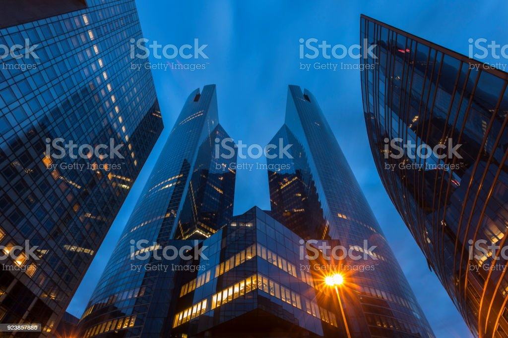 Business Towers in der Abenddämmerung, Low Angle View of Wolkenkratzer, La Défense, Paris – Foto