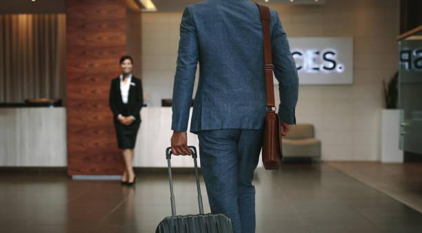 podróżny służbowy przybywający do hotelu - hotel zdjęcia i obrazy z banku zdjęć