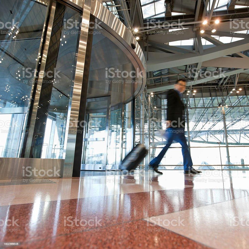 Los viajeros de negocios pasa por el Aeropuerto Suvarnabhumi de Bangkok, Tailandia. - foto de stock