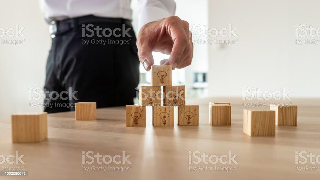 Business-Vision-Konzept-Geschäftsmann, die Vermittlung von hölzernen Würfel – Foto