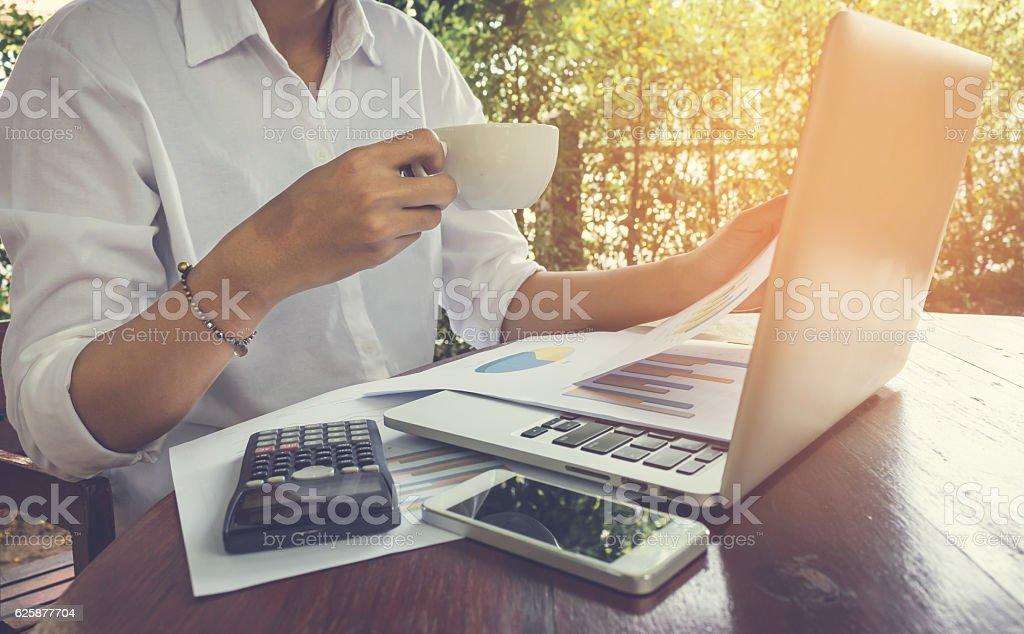 Business woman analyzing graph document vintage tone. Lizenzfreies stock-foto