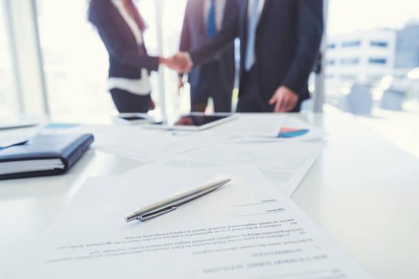 Geschäftsfrau und Business Mann Händeschütteln mit einem Vertrag. – Foto