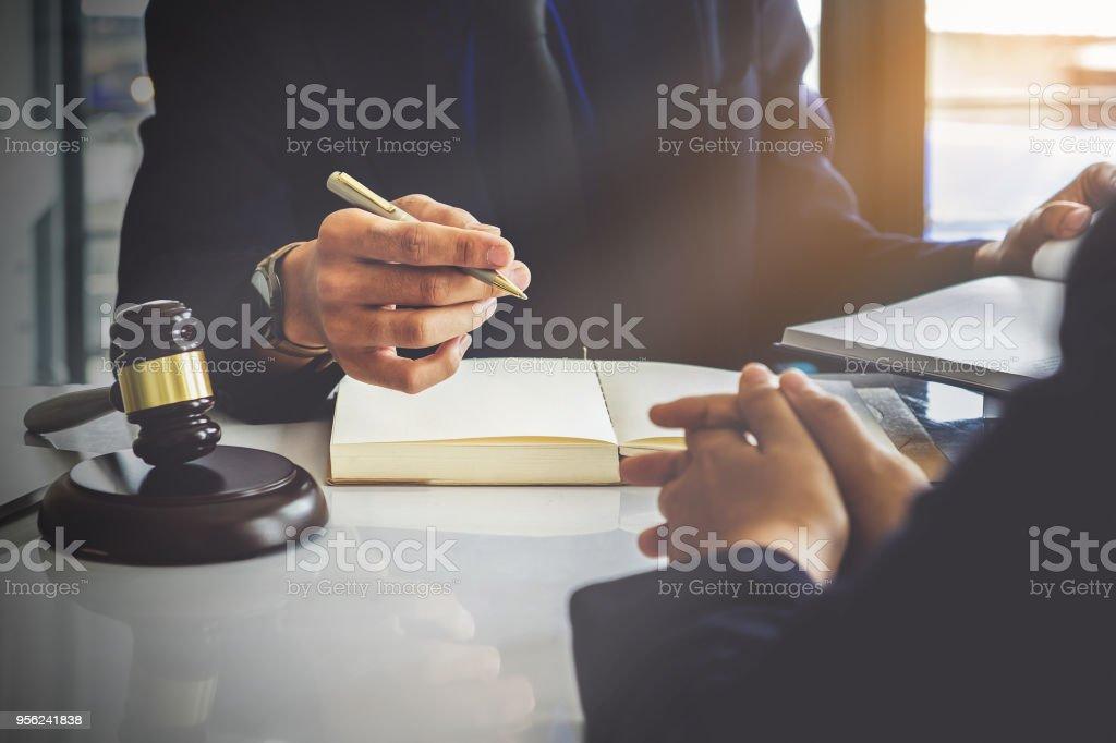 Geschäftsfrau und Juristen diskutieren Vertrag Papiere mit Messing-Skala auf hölzernen Schreibtisch im Büro. Recht, Rechtsberatung, Beratung, Konzept der Gerechtigkeit. – Foto