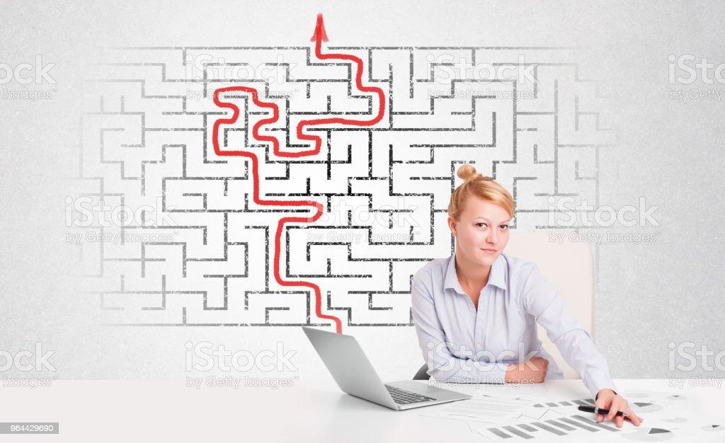 Zakenvrouw bij Bureau met labyrint en pijl - Royalty-free Bedrijfsleven Stockfoto