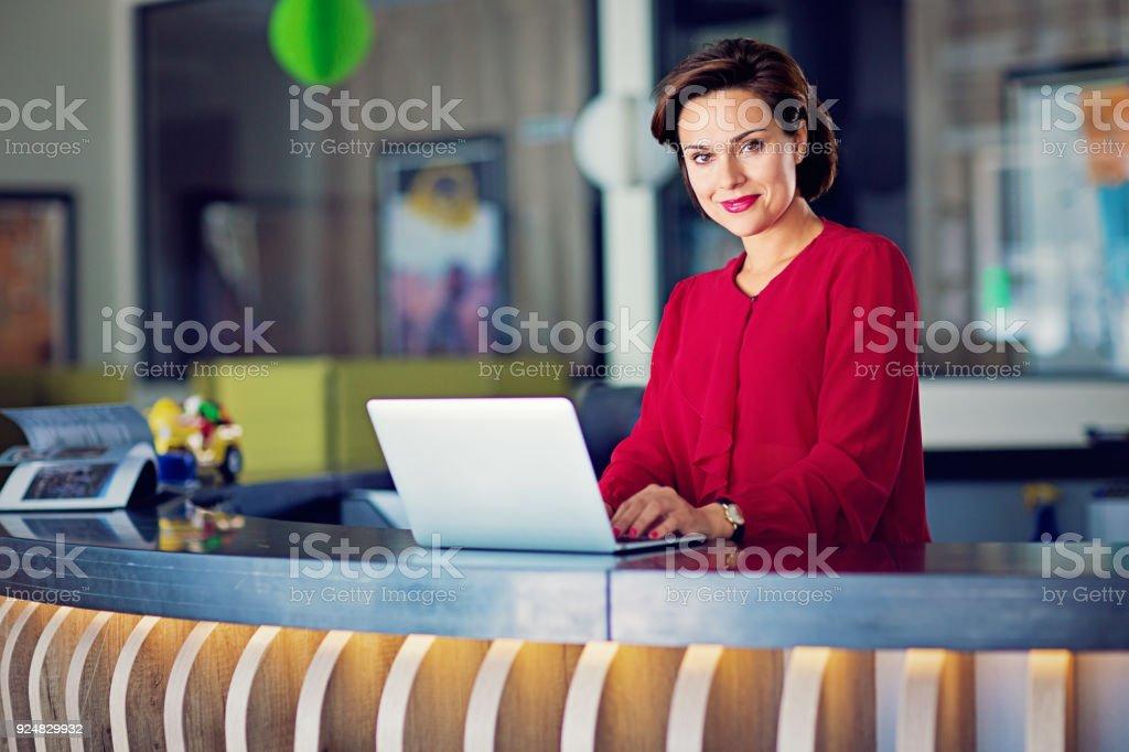 Mulher de negócios na mesa do escritório - foto de acervo