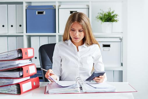 ビジネスの女性が計算税金 - 1人のストックフォトや画像を多数ご用意