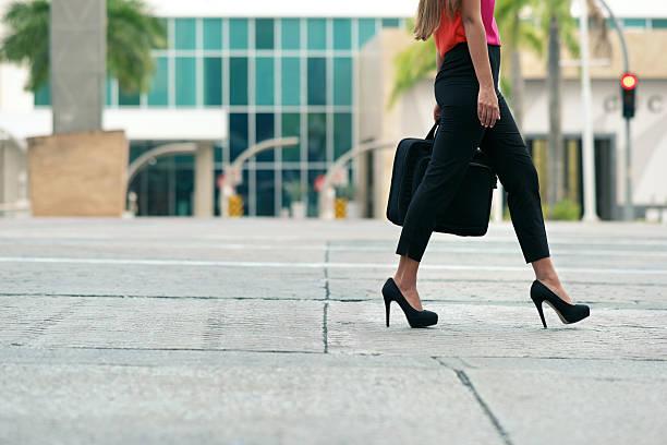 mulher de negócios como meio de transporte indo para escritório de caminhada - parte inferior - fotografias e filmes do acervo