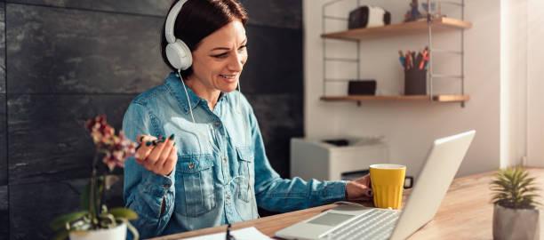 Geschäftsfrau macht Videoanruf im Büro – Foto