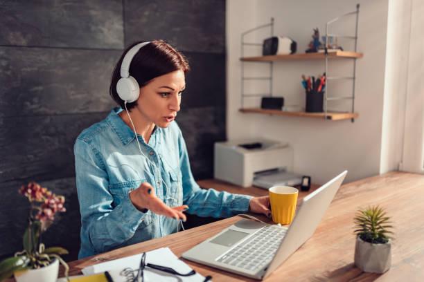 Mujer de negocios haciendo videollamada en la oficina - foto de stock