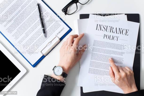 Business Woman Examining Insurance Policy - Fotografias de stock e mais imagens de Acaso
