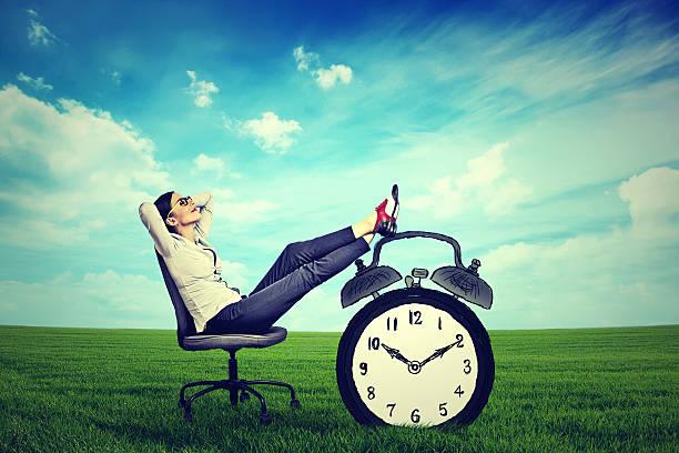 エグゼクティブビジネスの女性の椅子に座ってくつろぎの屋外 ストックフォト