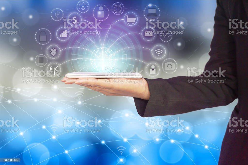 Unternehmen Frau Hand Verbindung mit Smartphone mit Internet für soziale Medien – Foto