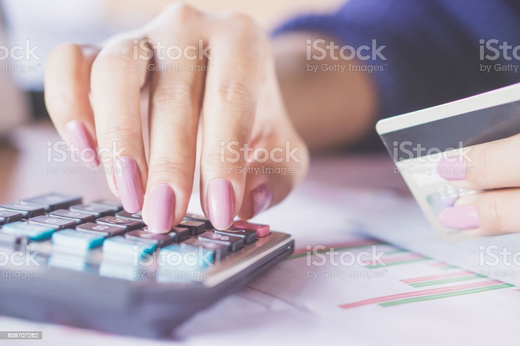 Unternehmen Frau Hand zählen auf Rechner mit ihrer Kreditkarte – Foto