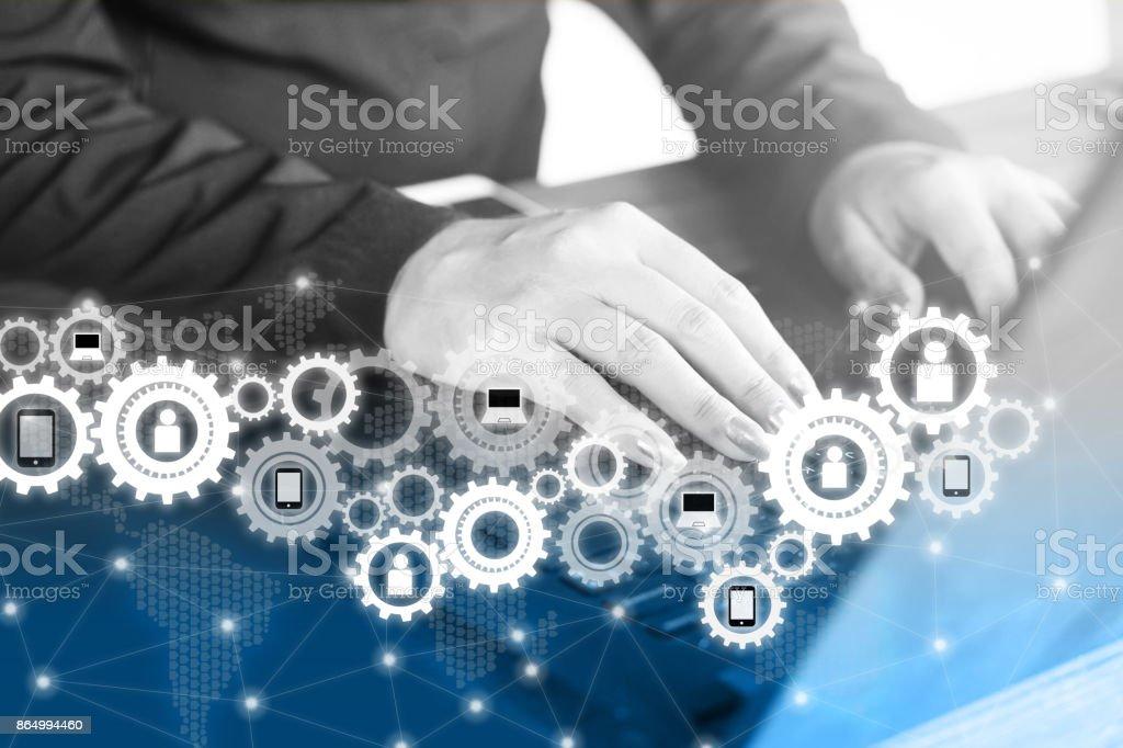 Business Frau Hand auf Laptop-Tastatur mit Zahnrad-Symbol Technologie Verbindung – Foto