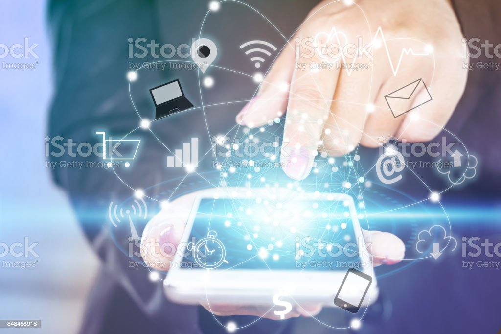 Unternehmen Frau Hand berühren auf Smartphone-Bildschirm mit Technologie Symbol iot – Foto