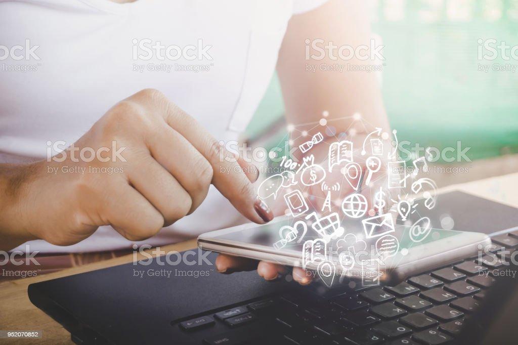 Unternehmen Frau Hand mit Smartphone mit Technologie-Symbol von social Media und Internet der Dinge – Foto