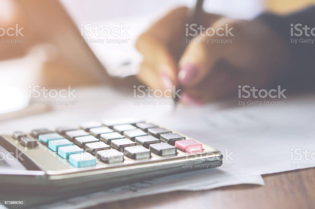 Unternehmen Frau Hand Frau Hand berechnen ihre monatlichen Ausgaben mit Taschenrechner im Vordergrund – Foto