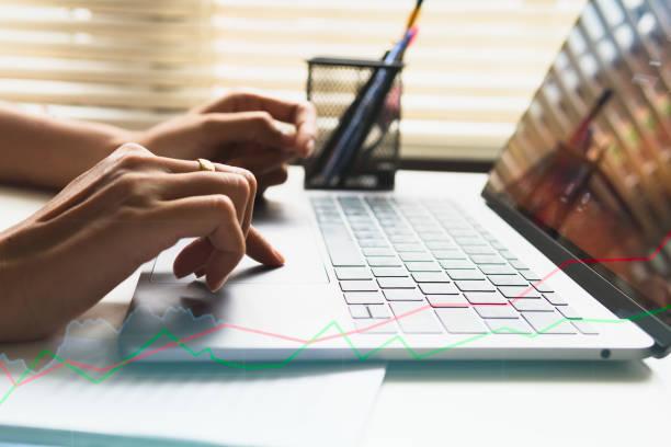 business frau hände beschäftigt mit laptop am schreibtisch, junge studentin, die eingabe auf computer sitzen am tisch aus holz - lesen arbeitsblätter stock-fotos und bilder