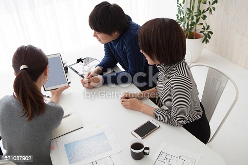 istock Business Woman has new house of explanation to the audience 521087902