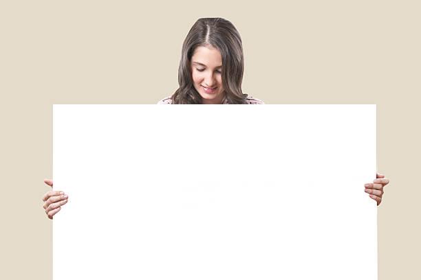 Mujer de negocios sosteniendo amplio Tarjeta blanca - foto de stock