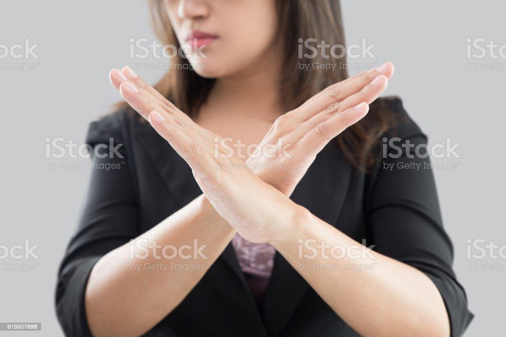Business-Frau im schwarzen Anzug zeigen ihre Ablehnung ohne auf ihre Hand vor grauem Hintergrund – Foto