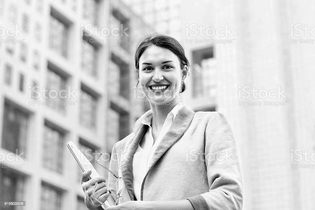 Femme d'affaires devant le bâtiment BNW - Photo