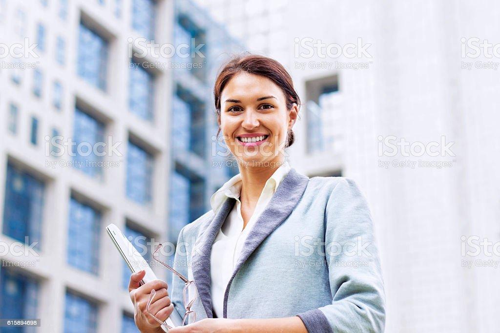 Femme d'affaires en face du bâtiment - Photo