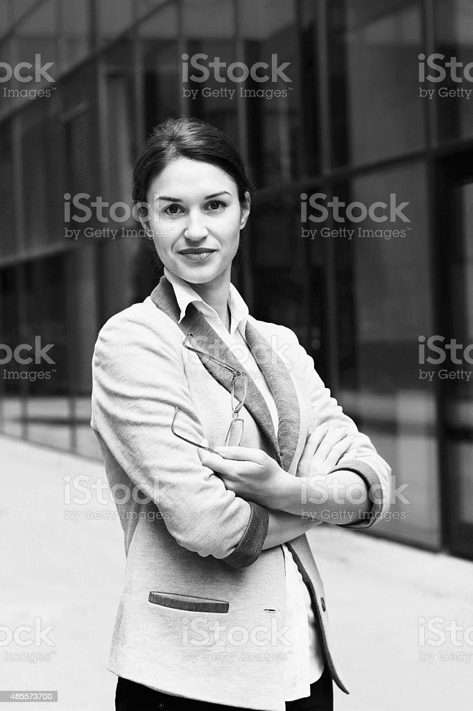 Femme d'affaires en face de fenêtres du bâtiment BNW - Photo