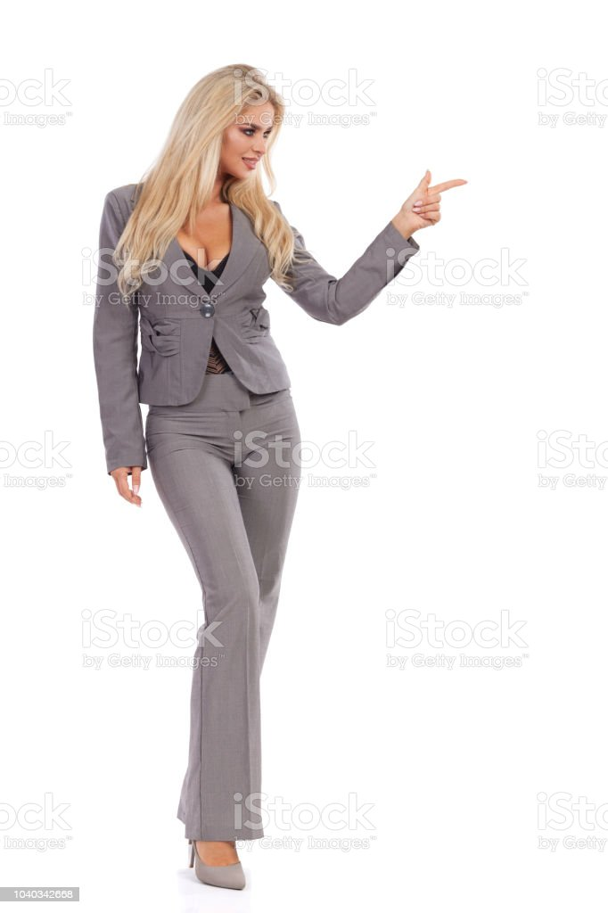 Mujer de negocios en traje gris es permanente y dirección foto de stock  libre de derechos 80e6639a8471