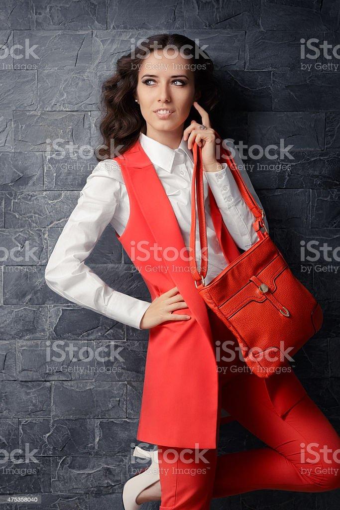 Smart Business-Frau im Büro-Outfit mit passender Tasche – Foto