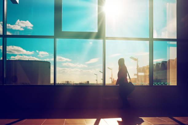 business woman inside airport - donna valigia solitudine foto e immagini stock