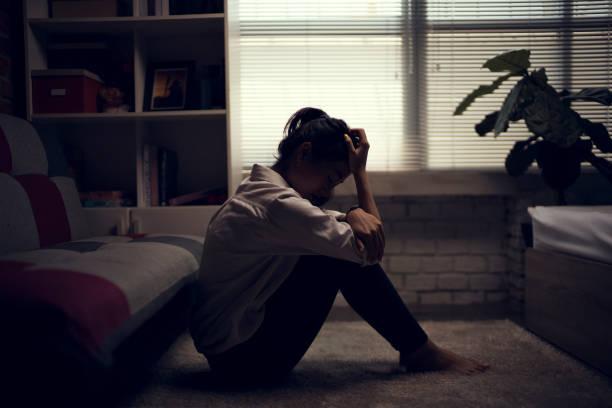 business-frau ist depressiv. sie fühlte sich gestresst und allein im haus. - depression stock-fotos und bilder
