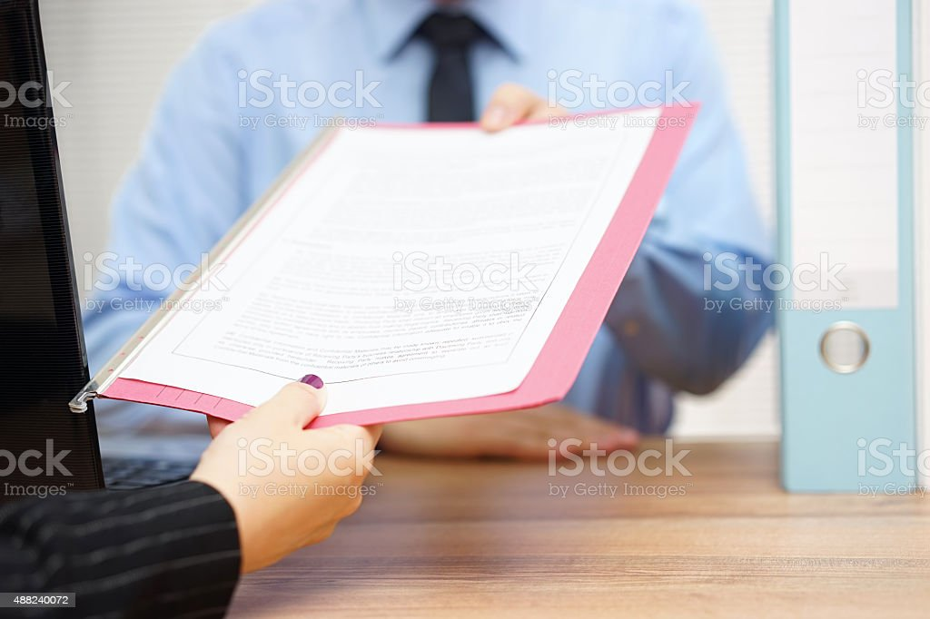 business-Frau läuft Dokument für manager – Foto