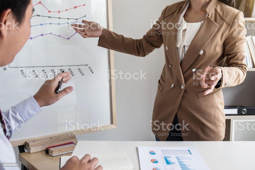 Frau Unternehmensführer, Präsentation mit ihren Kollegen auf das Diagramm an Bord und die Business-Strategie während der Sitzung im modernen Büro - Lizenzfrei Abmachung Stock-Foto