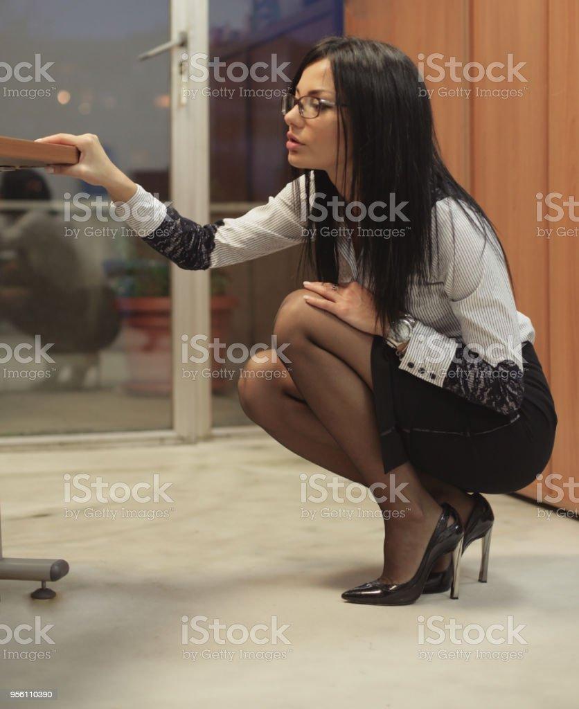 Geschäftsfrau sucht unter ihren Tisch – Foto