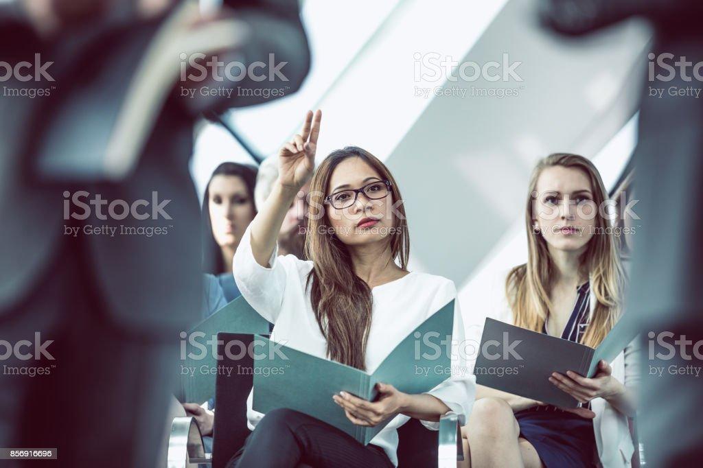 Geschäftsfrau auf Konferenz Veranstaltung Fragen – Foto