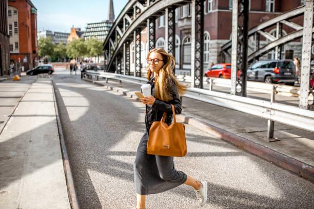 Geschäftsfrau auf der Eisenbrücke – Foto