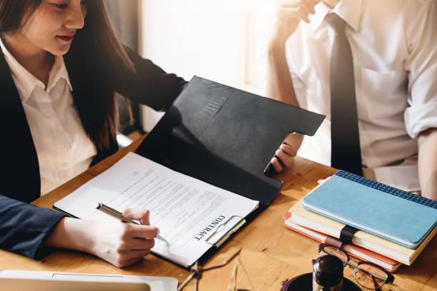 Geschäftsfrau oder Richter beraten sich über Teambesprechung mit Mandanten-, Rechts-und Rechtsservice-Konzept. – Foto