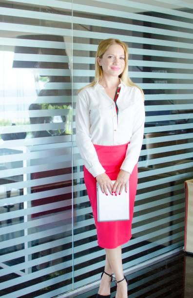 business frau  - rote bleistiftröcke stock-fotos und bilder