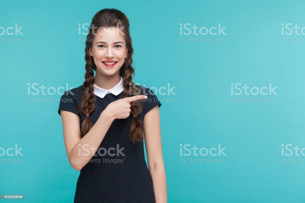 Business Frau Zeigefinger rechts auf Textfreiraum. – Foto
