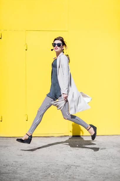 retrato de mulher de negócios sobre o fundo amarelo - moda profissional informal - fotografias e filmes do acervo