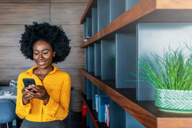 Geschäftsfrau liest SMS auf Handy – Foto